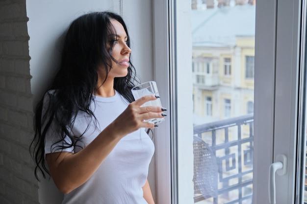 Mooie vrouw consumptiemelk drinken, yougurt van glas Premium Foto