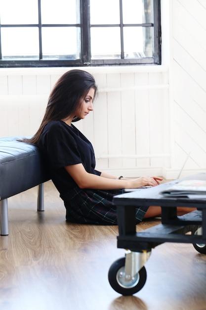 Mooie vrouw die aan haar laptop werkt Gratis Foto