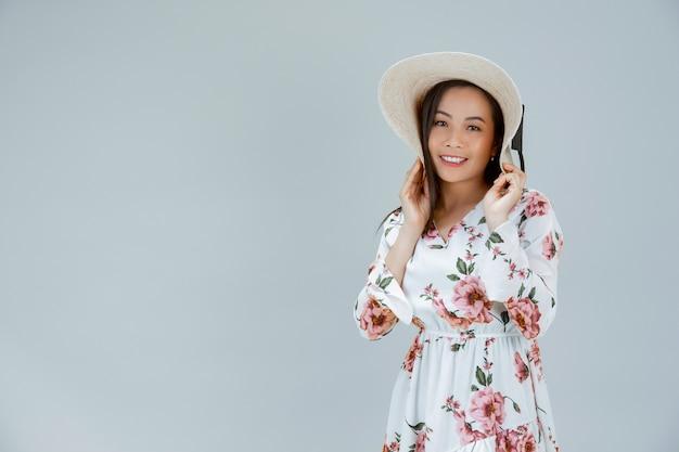 Mooie vrouw die een bloemenkleding draagt Gratis Foto