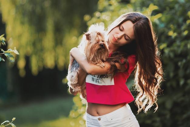 Mooie vrouw die een hond houdt Premium Foto