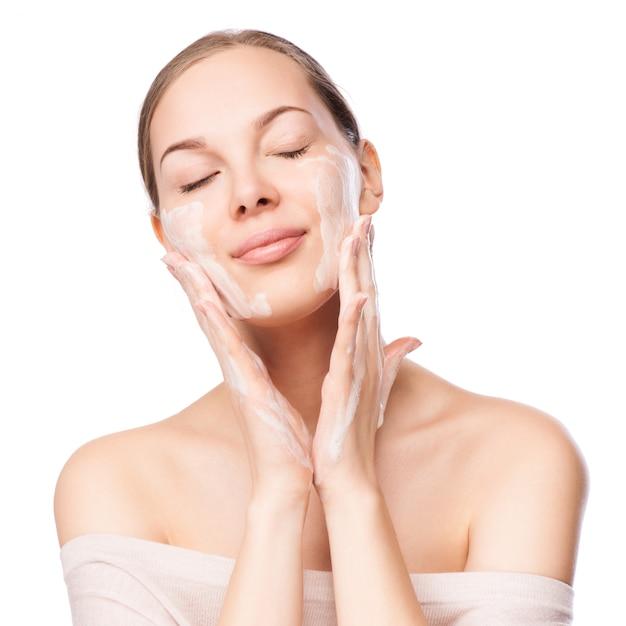 Mooie vrouw die haar gezicht wast Premium Foto