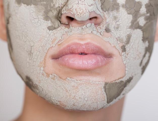 Mooie vrouw die haar gezichts extreem close-up behandelt Gratis Foto