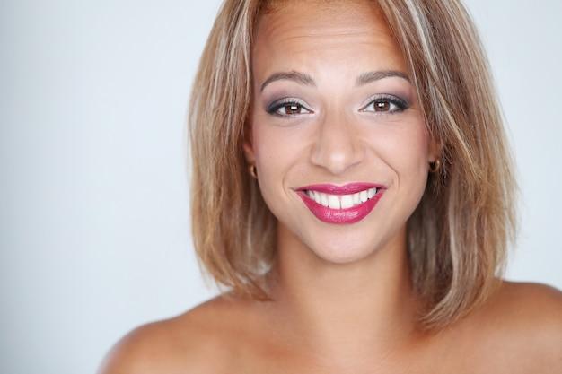 Mooie vrouw die lacht met rode lippen Gratis Foto