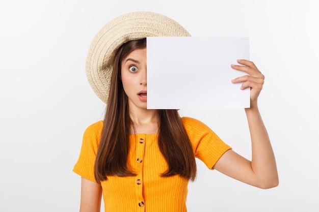 Mooie vrouw die met hoed leeg document houdt Premium Foto