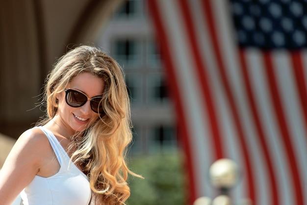 Mooie vrouw die op de straten van de stad van boston loopt Premium Foto