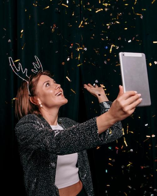 Mooie vrouw die oudejaarsavond viert Gratis Foto