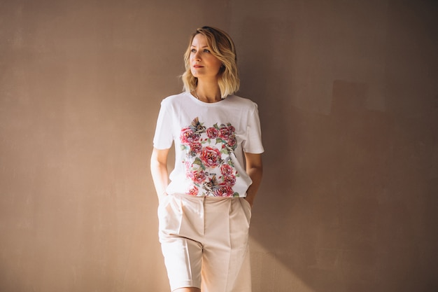Mooie vrouw die t-shirt draagt Gratis Foto