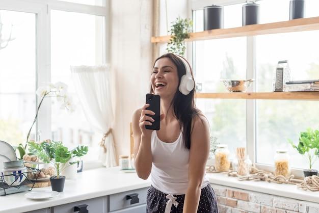 Mooie vrouw die van muziek in de ochtend geniet Gratis Foto
