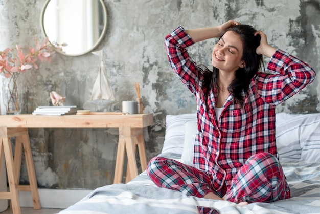 Mooie vrouw die van ochtend in pyjama geniet Premium Foto
