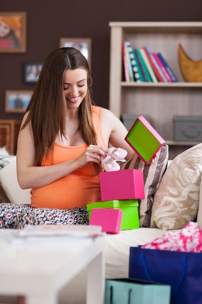 Mooie vrouw die voor de geboorte van baby voorbereidingen treft Gratis Foto