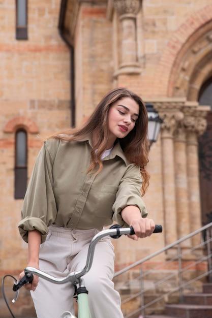 Mooie vrouw fietsten in de stad Gratis Foto