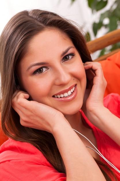 Mooie vrouw geniet van muziek in hoofdtelefoons Gratis Foto