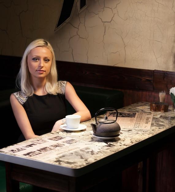 Mooie vrouw in café Premium Foto