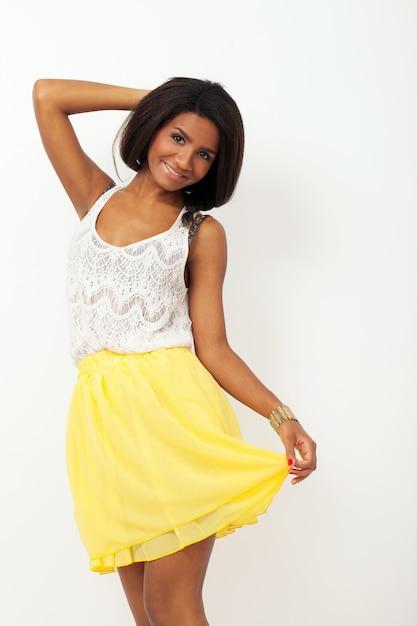 Mooie vrouw in een gele rok Gratis Foto