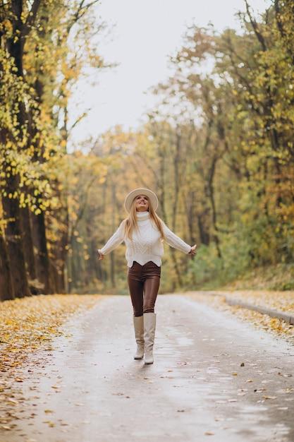 Mooie vrouw in een herfstpark Gratis Foto