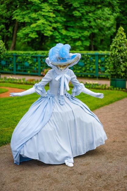 Mooie vrouw in een masker uit het venetiaanse carnaval Premium Foto