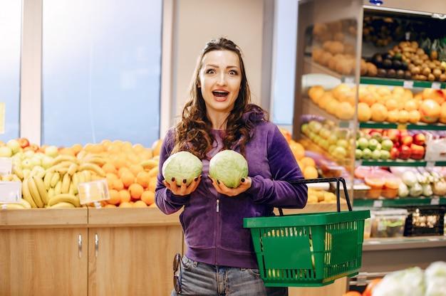 Mooie vrouw in een supermarkt Gratis Foto