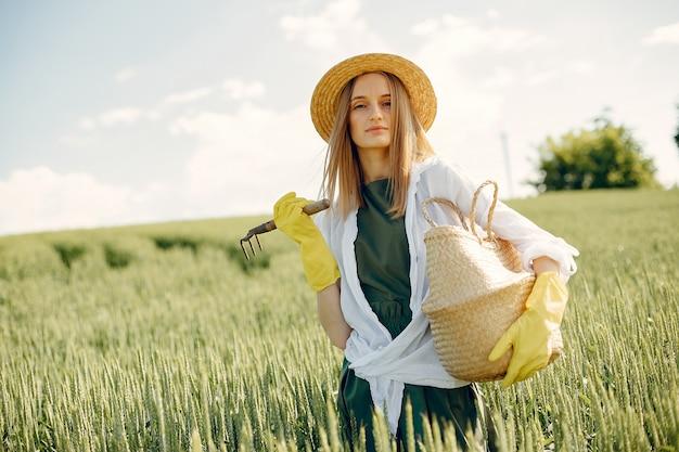 Mooie vrouw in een zomer veld Gratis Foto
