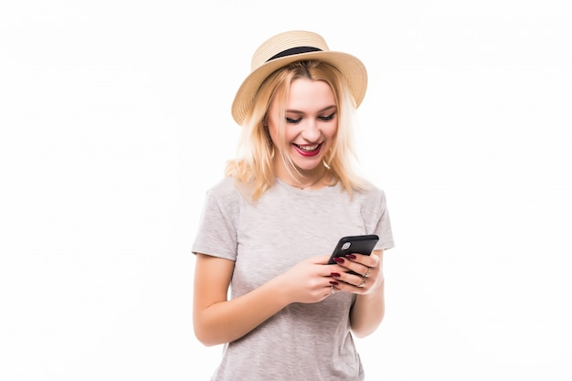 Mooie vrouw in heldere hoed die een nieuwe mobiele telefoon met behulp van Gratis Foto