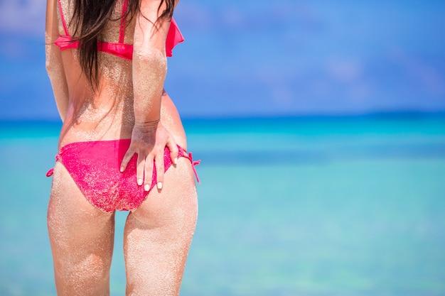 Mooie vrouw in rode bikini op zee achtergrond Premium Foto