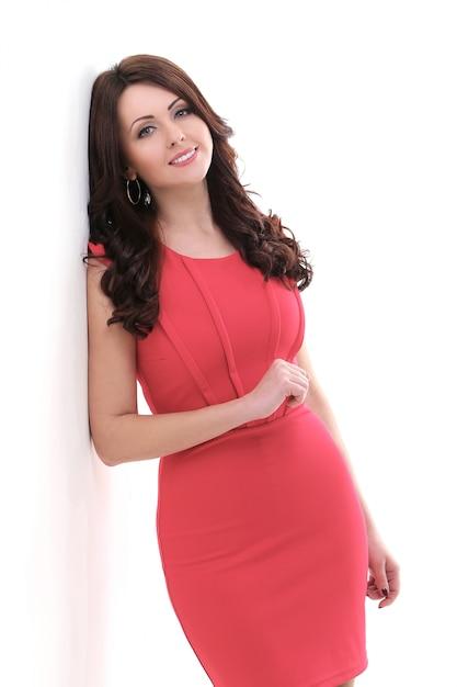 Mooie vrouw in rode jurk Gratis Foto