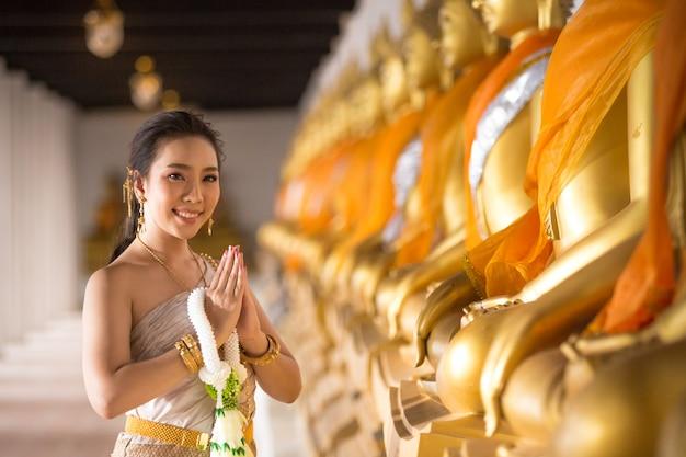 Mooie vrouw in thais oud traditioneel kostuum, portret bij de oude ayutthaya-tempel Gratis Foto