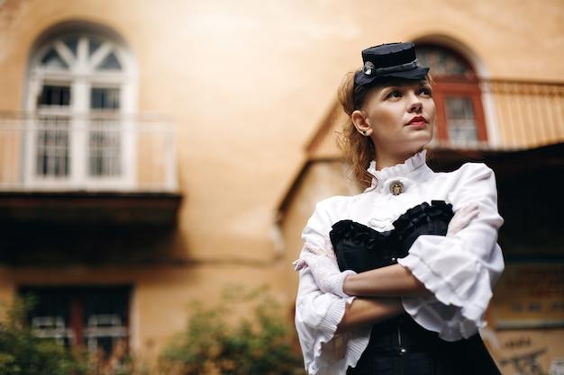 Mooie vrouw in vintage kleding Premium Foto