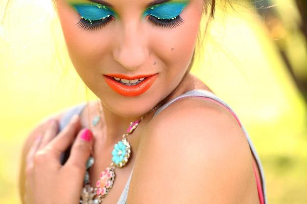 Mooie vrouw met artistieke make-up Gratis Foto