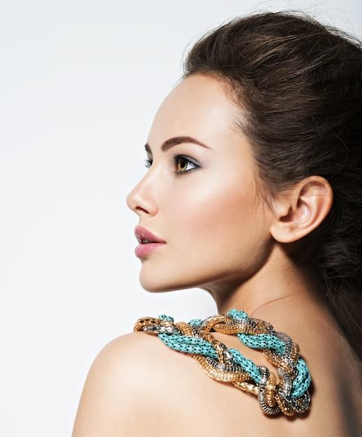 Mooie vrouw met avond make-up sieraden en schoonheid mode foto Gratis Foto