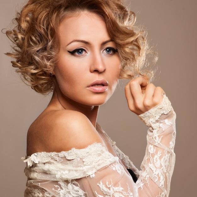 Mooie vrouw met avond make-up. sieraden en schoonheid. Premium Foto