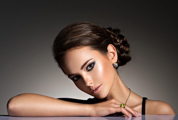 Mooie vrouw met avondsamenstelling juwelen en schoonheidsmanierfoto Gratis Foto