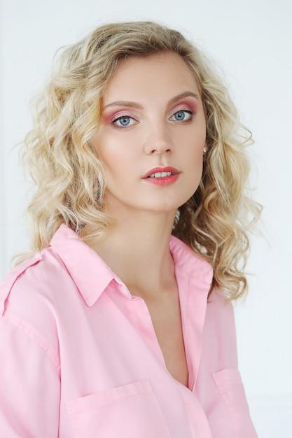 Mooie vrouw met blauwe ogen Gratis Foto