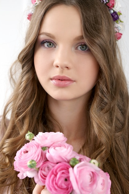 Mooie vrouw met bloemen Gratis Foto