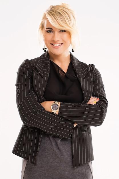 Mooie vrouw met blond haar en zwart pak Gratis Foto
