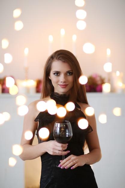 Mooie vrouw met bokehlichten Gratis Foto