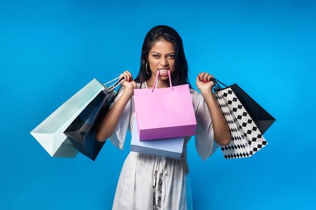 Mooie vrouw met boodschappentassen Premium Foto