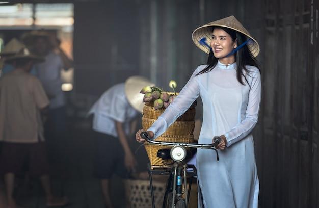 Mooie vrouw met de cultuur traditionele, uitstekende stijl van vietnam, hoi vietnam Premium Foto