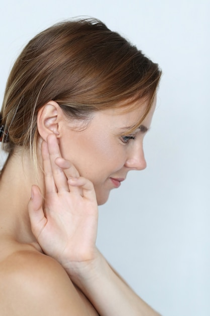Mooie vrouw met de hand op het oor Gratis Foto