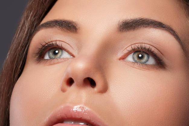Mooie vrouw met een perfecte wenkbrauwvorm en naakte make-up Premium Foto