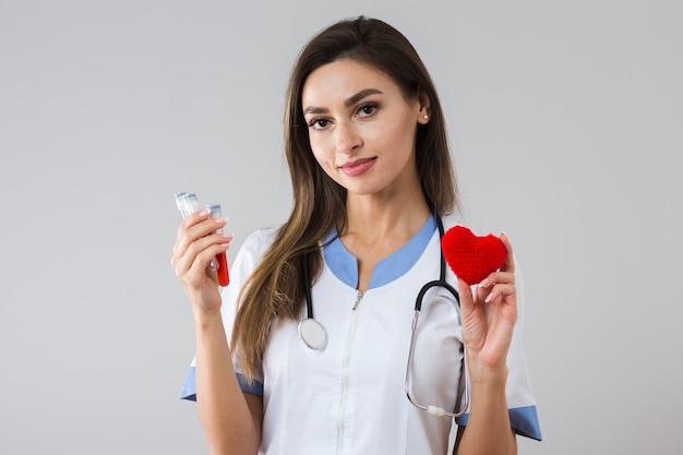 Mooie vrouw met een pluche hart en bloedmonster Gratis Foto
