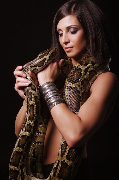 Mooie vrouw met een slang Premium Foto