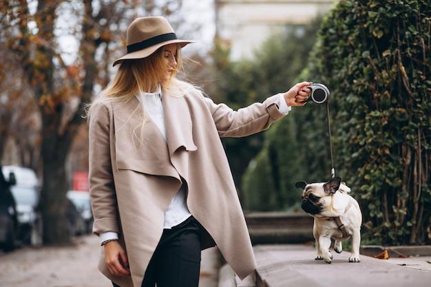 Mooie vrouw met haar hond Gratis Foto