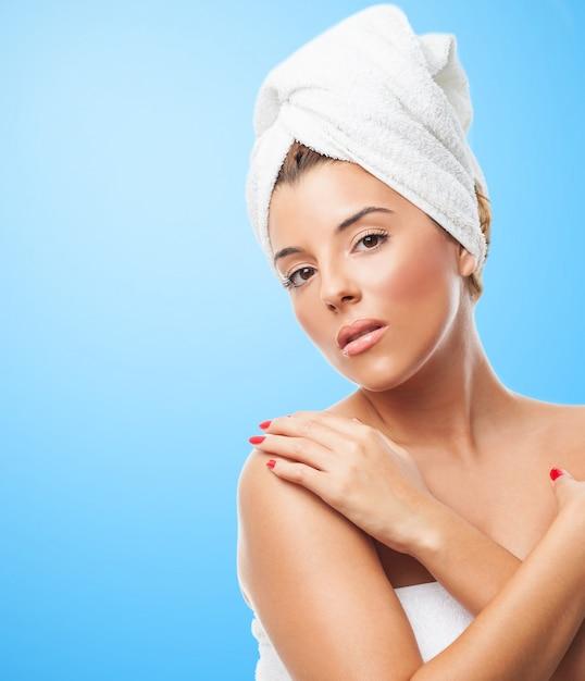 Mooie vrouw met het hoofd gedraaid in handdoek. Gratis Foto