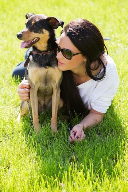 Mooie vrouw met hond Gratis Foto