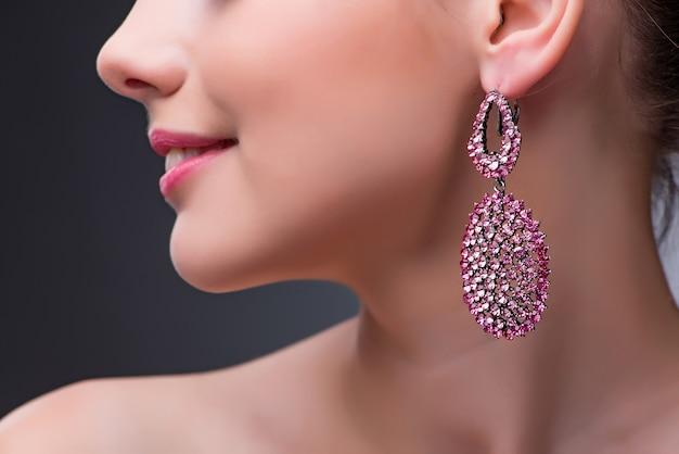 Mooie vrouw met juwelen in manierconcept Premium Foto