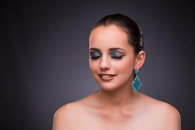 Mooie vrouw met juwelen in schoonheidsconcept Premium Foto
