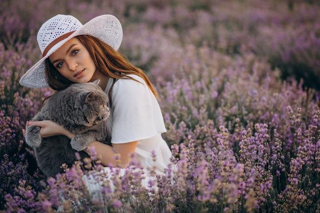 Mooie vrouw met kat in een lavendelgebied Gratis Foto