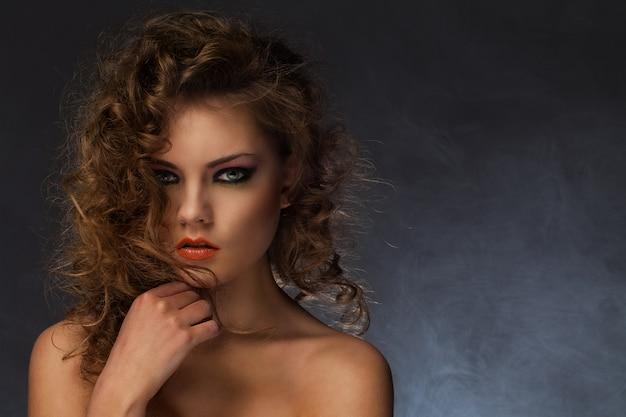 Mooie vrouw met krullen en make-up Gratis Foto