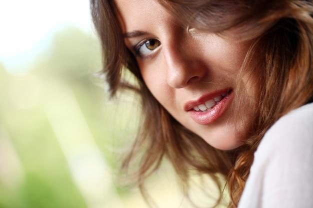 Mooie vrouw met krullend haar Gratis Foto