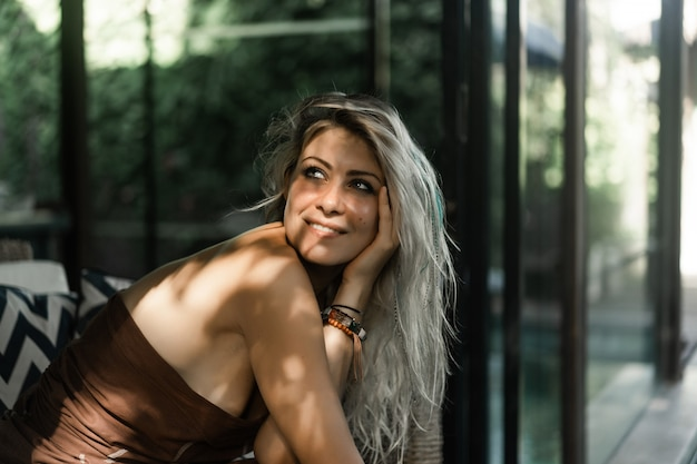 Mooie vrouw met lang blond haar. blij gezicht glimlachen. Gratis Foto